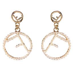 marchio di perle migliori Sconti Orecchini del progettista minimalista di marca Lettera F Orecchini a cerchio Moda Temperamento Orecchini di perle Personalità Gioielli delle donne Migliore qualità