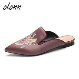 2019 pantofole di ricamo Pantofole da donna primavera autunno all'aperto Pantofole interne in vera pelle di seta Ciabatte con tacco piatto casual a punta ricamata pantofole di ricamo economici