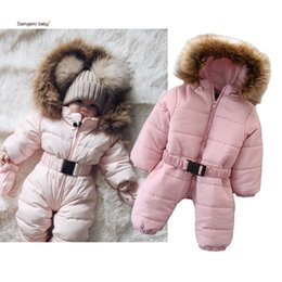 Mamelucos siameses online-Venta al por menor recién nacido bebé cálido mameluco niñas ropa cuello grande de piel mamelucos con capucha bebé algodón siamés mono monos de una pieza