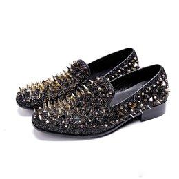 квадратные носки Скидка Новая мода Золото Полной Заклепки Мужчины Мокасины Британский Стиль площадь Toe Мужчина партия Обувь повседневная мужская Обувь Квартира Скольжение на