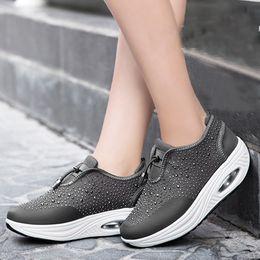 Zapatos de mujer Rhinestone Cushion Zapatos para correr Zapatillas de deporte Damas ocasionales Zapatos gruesos de las mujeres de la parte inferior gruesa Nuevo desde fabricantes