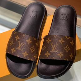 Wholesale Новые тапочки с видом на мул Мужские роскошные сандалии Плоские дизайнерские туфли Тапочки Летние эластичные резиновые тапочки с подошвой