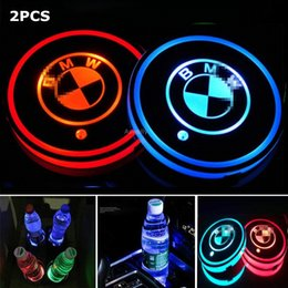 estera de chevrolet Rebajas 2PCS LED Car Cup Holder Pad Mat para Audi BMW Mercedes Benz Volkswagen Toyota Tesla JEEP CHEVROLET Ford car logo light Accesorios
