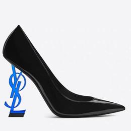 2019 zapatos de boda de tacón bajo de plata de diamantes de imitación 2019 nuevos zapatos sexy mujer verano hebilla correa remache sandalias zapatos de tacón alto punta puntiaguda moda moda solo tacón alto DH