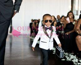 2019 traje de niños blancos solapas de satén Guapo Blanco Niños Boda Esmoquin Slim Fit Trajes de solapa con patrón dorado para niño Ropa formal Un botón para niños Padrinos de boda Blazer + Pantalones