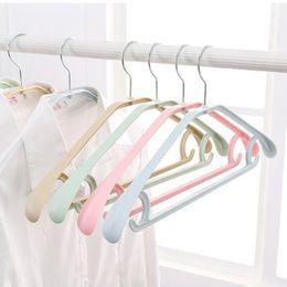 Guardarropa de ropa de plástico online-Fashion 5Pcs Home Wardrobe Plastic Extra Wide Shoulder Clothes Hangers Nueva moda Clothes Hangers