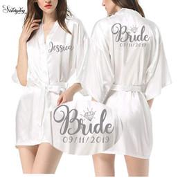 al por mayor conjuntos de ropa de salón Rebajas Sisbigdey Escritura personalizada Novia Robe mujeres nombre personalizado fecha de boda Peignoir dama de honor mejor regalo nupcial túnica de novia rosa