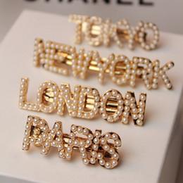 Piedini per le donne online-Fashion Pearls Lettera fermagli per le donne Ragazze Barrettes New York Tokyo Parigi London Hair Combs Pins Sticks Accessori regalo gioielli