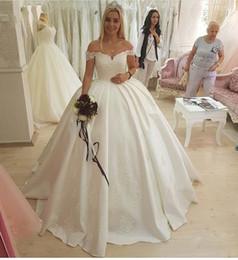 vestidos de vestidos de baile victoria Desconto 2019 fora do ombro vestidos de casamento lace top coberto de volta varrer trem cetim vestidos de noiva sem encosto branco marfim vestido de novia