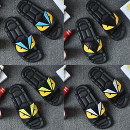 Ojos sandalias online-Diseñador Zapatillas Ojo Monster Classic Europa Marca de lujo Hombre Casual Air Playa Sandalias de deslizamiento Medusa Scuffs Zapatillas Sandalias sin cordones