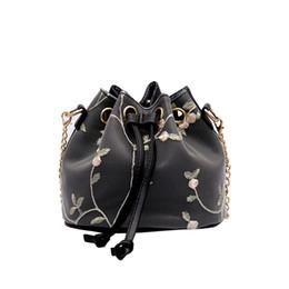 2019 bolsos de niña de flores negro Nueva Summer Girl PU Lace flowers Bolso bordado de las mujeres Cadenas del cubo messenger bag Negro blanco rosa bolsa bolsos de niña de flores negro baratos