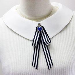 Wholesale Kadınlar Kız Donanma Tarzı Klasik Çizgili Ilmek Broş Pin Glitter Rhinestone Takı Dekor Öğrenci Yaka Gömlek Elbise Takı
