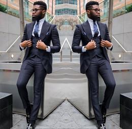 vestidos de rayas para hombre Rebajas Trajes de rayas de esmoquin de boda de moda 2019 para hombres solapa enarbolados oscuros esmoquin de novio por encargo (chaqueta + pantalón + chaleco)