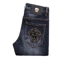 pantalones bordados de mezclilla Rebajas Pantalones vaqueros para hombre Pies delgados Medusa bordada pantalón de mezclilla azul claro masculino