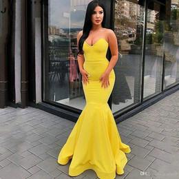 Vestito lungo dalla damigella d'onore giallo online-Sexy semplice sirena gialla Prom Dresses senza spalline Sweetheart Backless senza maniche Abito da sera lungo Arab Ladies Formal Wear Custom Made