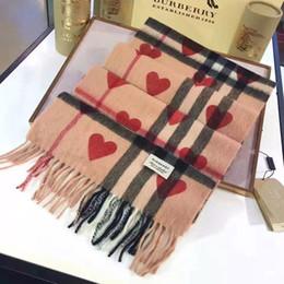 Bufandas negras corazones online-Invierno unisex 100% bufanda de la cachemira clásico Check Negro rojo del modelo del corazón de las bufandas de las mujeres de los hombres de lujo de Pashmina Bufandas Chales Sin la caja 8894