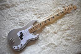 incrustaciones de abulón para guitarras Rebajas Factory Custom Silver Shining Electric Bass Guitar con incrustaciones de abulón, herrajes cromados, perla blanca Pickguard, alta calidad