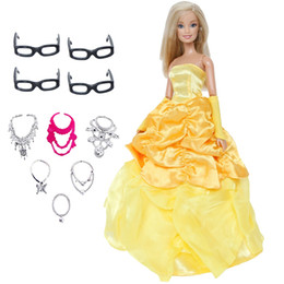 Brinquedo de cópia on-line-11 pçs / lote = handmade conto de fadas boneca dress cópia bella princesa + aleatória 6x colares + 4x óculos roupas para barbie doll toy
