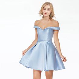 2019 vestidos para homecomings Luz do céu azul fora do ombro 2019 Homecoming vestidos de baile A linha Satin Ruched Backless vestido de festa de formatura vestidos baratos novo para Freshman desconto vestidos para homecomings