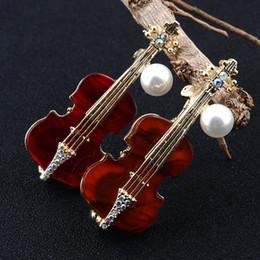 2019 designers de vestidos de casamento china Moda broche de violino com branco pérola dos homens terno traje distintivo broche de designer britânico pin broche tendência roupas jóias para festa de casamento desconto designers de vestidos de casamento china