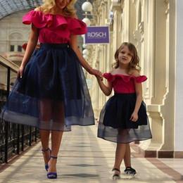 Organza mãe vestidos on-line-Vestido de baile 2019 Bateau Organza A linha mãe e filha curto vestidos de noite Ruffles curto fora do ombro aniversário desgaste vestido de meninas de flor