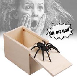 Regalos divertidos para el hogar online-regalo del día de madera truco de la broma de los inocentes de Broma susto Ministerio del Interior caja de juguetes de la mordaza de la araña de los niños Regalo divertido