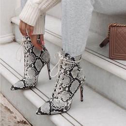 Stivali stiletto designer online-2019 Inverno di lusso Donne Tacco a spillo tacco alto in pelle di serpente Lace Up Goth Boots Stampa Stivaletti autunno Designer Plus Size