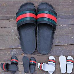 2019 Moda Lüks Erkek Tasarımcı Terlik Erkekler Yaz Siyah Beyaz Kauçuk Plaj Slaytlar Yassı Scuffs Sandalet Kapalı Ayakkabı Boyutu 36-45 loafer'lar nereden