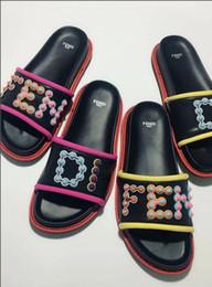 Nouveau mode femmes hommes Casual Peep Toe sandales femme pantoufles en cuir de plage chaussures garçons filles luxe design tongs Rivet pantoufles F67 ? partir de fabricateur