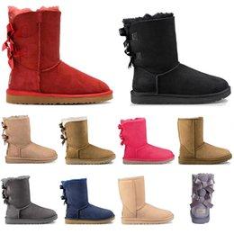 pelz socken stiefel Rabatt UGG mit freien Socken Frauen klassische Schnee-Aufladungen Lange Knöchelkurzbogen-Pelz-Designer-Stiefel für den Winter-schwarze Kastanien-Boot-beiläufige Plattform-Schuhe 36-41