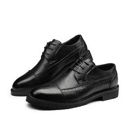 2019 sapatilhas de sola de borracha Confortável dos homens Rodada Toe Lace-up Oxfords Plana para Homens Perfurados Padrões Sapatos de Vestido Sola De Borracha Derby Shoe Tamanho 6 ~ 10 desconto sapatilhas de sola de borracha