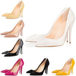 2019 vestido de cuero amarillo Christain Louboutin 2019 Diseñador de moda zapatos de mujer tacones altos rojos inferiores 8 cm 10 cm 12 cm Desnudo negro Blanco amarillo Cuero Punta estrecha Bombas Vestido de vestido de cuero amarillo baratos