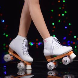 обувь для взрослых Скидка Белые роликовые коньки Желтая рама Белые светодиодные осветительные колеса Двойные роликовые коньки Взрослые 4 колеса Две роликовые кроссовки на роликах