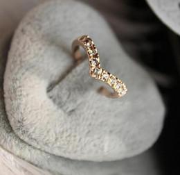 Anelli unici per i disegni delle donne online-2019 Donne Anelli Adornano l'articolo V Anello di stile unico Design Set Auger Contracted Tail Ring Con Diamond Love Women all'ingrosso