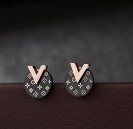 2019 Nouveau Designer Boucles D'Oreilles Titanium Steel Stud Filles De Mode Rose D'or Lettre V V stud stud Livraison Gratuite ? partir de fabricateur