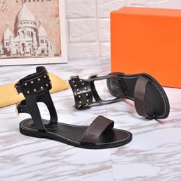 Sandalias lisas online-Las más nuevas mujeres de lujo de cuero popular sandalia llamativo gladiador estilo diseñador suela de cuero perfecto lienzo liso sandalia