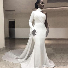 7e767e406e26 2019 Africano Bianco Collo Alto Satin Mermaid Abiti Da Sera Una Spalla  Increspato Sweep Treno Formale Partito Red Carpet Prom Gowns
