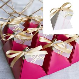 2019 pirámide de papel en caja 100 unids / lote Rose Red estilo pirámide triangular caja de dulces favores de la boda fuentes del partido papel cajas de regalo con tarjeta de caja de chocolate rebajas pirámide de papel en caja