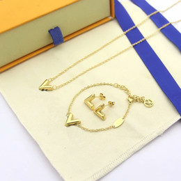 Porzellan markenarmbänder online-Concise Art-Marken-Schmucksets Dame Titan Stahl V Brief 18K Goldhalsketten Armbänder Ohrringe Sets (1Sets) 3 Farbe