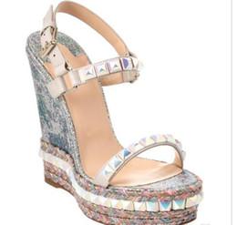 Zapatos de boda de cuñas bolsas online-Super Calidad Red Bottom Cataclou Sandalias de cuña de las mujeres Studs Señoras Correa del tobillo bombas fiesta boda zapatos con caja original, bolsa de polvo