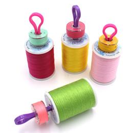 Máquinas de coser para acolchar online-50 piezas de plástico clips de clips de la bobina abrazaderas amigos de la bobina ideal para bordar acolchar y coser hilo máquina de coser L147