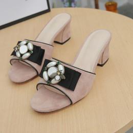 Sandalias de tacón rosa sexy online-Moda y calidad Clásicos mujer sandalias Señora Diseñador de verano Sandalias Hebilla de metal de gran tamaño 42 Cuero sexy zapatos de tacón alto Tacón grueso