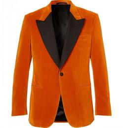 Homens casaco de veludo on-line-Orange Velvet Men Jantar Partido Terno Pico Lapela Prom Groom Coat Smoking Smoking Custom Made Man Suit Blazer De Veludo e Calças Pretas