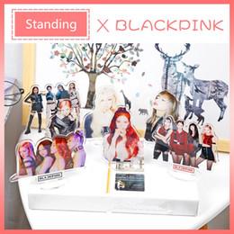 suportes para display de mesa Desconto Blackpink Rose Lisa Jisoo Jennie Estátua de Pé Decoração de Mesa de Acrílico Casos de Plástico Exibe Ação Decoração de Mesa Kpop Novo