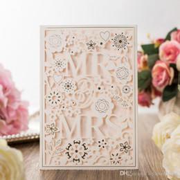 projeto de cartões do casamento do noivo da noiva Desconto Free Printing Laser Cut Convites De Casamento Cartão De Convite De Casamento Com MR. SRA. Convites de casamento personalizados ocos de flores DB-I0007