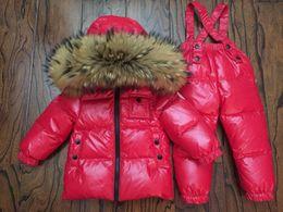 mono de invierno para niños Rebajas Traje para la nieve del invierno del bebé del pato del 90% abajo infantil al aire libre abrigo de piel de mapache por la chaqueta + overalls 2pcs / set mate rojo para los niños