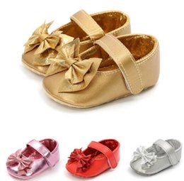 Nuevos zapatos de llegada para niños online-4 colores recién llegados Parte inferior suave antideslizante bebé PU niños niña Arco Princesa bebé Primeros andadores zapatos