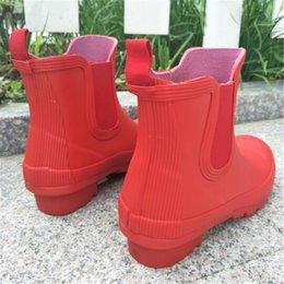 2019 scarpe da pioggia della caviglia Unisex stivali firmati impermeabili da uomo da donna stivaletti da pioggia alla caviglia marca antiscivolo stivali da equitazione da pioggia calzini scarpe da acqua in gomma ciaspole da esterno C8601 sconti scarpe da pioggia della caviglia