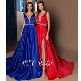 Cinto de cetim vermelho longo on-line-Lindo Vermelho Formal Vestidos de Noite Glitter Belt Backless V Pescoço Alta Fenda Sexy de Cetim Longo Prom Vestidos 2019 Vestido De Festa