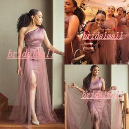 2019 dos vestidos de dama de honor morados Un hombro de la sirena 2020 vestidos de dama lateral abierto más el tamaño de huésped de la boda Vestidos Country Beach dama de honor vestido de Batas de demoiselle